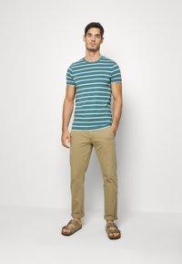 Tommy Hilfiger - STRETCH SLIM FIT TEE - T-shirts med print - green - 1