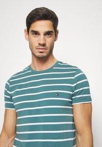 Tommy Hilfiger - STRETCH SLIM FIT TEE - T-shirts med print - green - 3