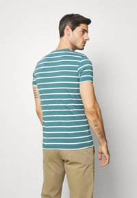 Tommy Hilfiger - STRETCH SLIM FIT TEE - T-shirts med print - green - 2