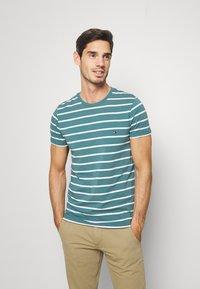 Tommy Hilfiger - STRETCH SLIM FIT TEE - T-shirts med print - green - 0