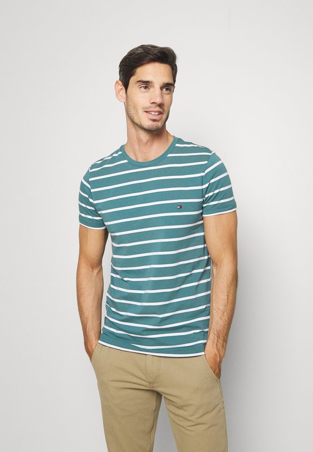 STRETCH SLIM FIT TEE - T-shirt z nadrukiem - green