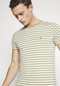 Tommy Hilfiger - STRETCH SLIM FIT TEE - T-shirt print - green - 4