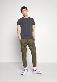 Tommy Hilfiger - STRETCH SLIM FIT TEE - T-shirt con stampa - grey - 1