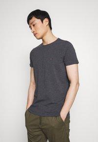 Tommy Hilfiger - STRETCH SLIM FIT TEE - T-shirt con stampa - grey - 0