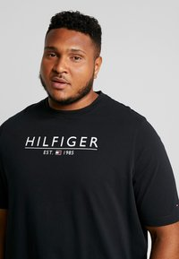 Tommy Hilfiger - UNDERLINE TEE - Print T-shirt - black - 4