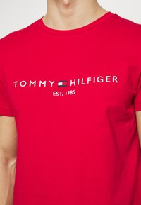 Tommy Hilfiger - LOGO TEE - Print T-shirt - red - 4