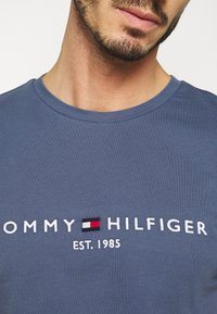 Tommy Hilfiger - LOGO TEE - T-Shirt print - blue - 4