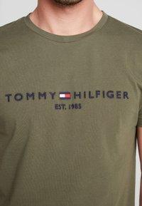 Tommy Hilfiger - LOGO TEE - Camiseta estampada - green - 5