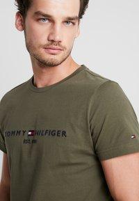 Tommy Hilfiger - LOGO TEE - Camiseta estampada - green - 3