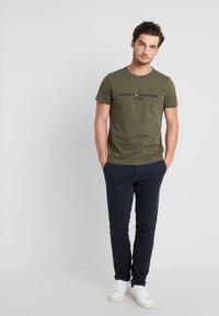 Tommy Hilfiger - LOGO TEE - Camiseta estampada - green - 1