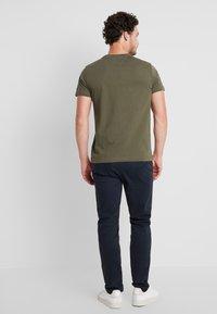 Tommy Hilfiger - LOGO TEE - Camiseta estampada - green - 2