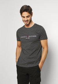 Tommy Hilfiger - LOGO TEE - T-shirt print - grey - 0