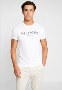 Tommy Hilfiger - CORP UNDERLINE TEE - T-shirts med print - white - 0