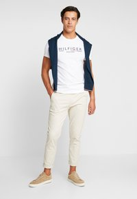 Tommy Hilfiger - CORP UNDERLINE TEE - T-shirts med print - white - 1