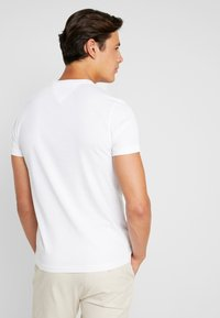 Tommy Hilfiger - CORP UNDERLINE TEE - T-shirts med print - white - 2