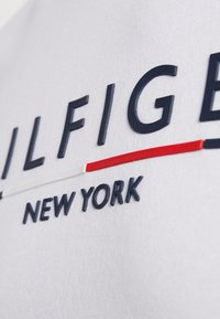 Tommy Hilfiger - CORP UNDERLINE TEE - T-shirts med print - white - 4