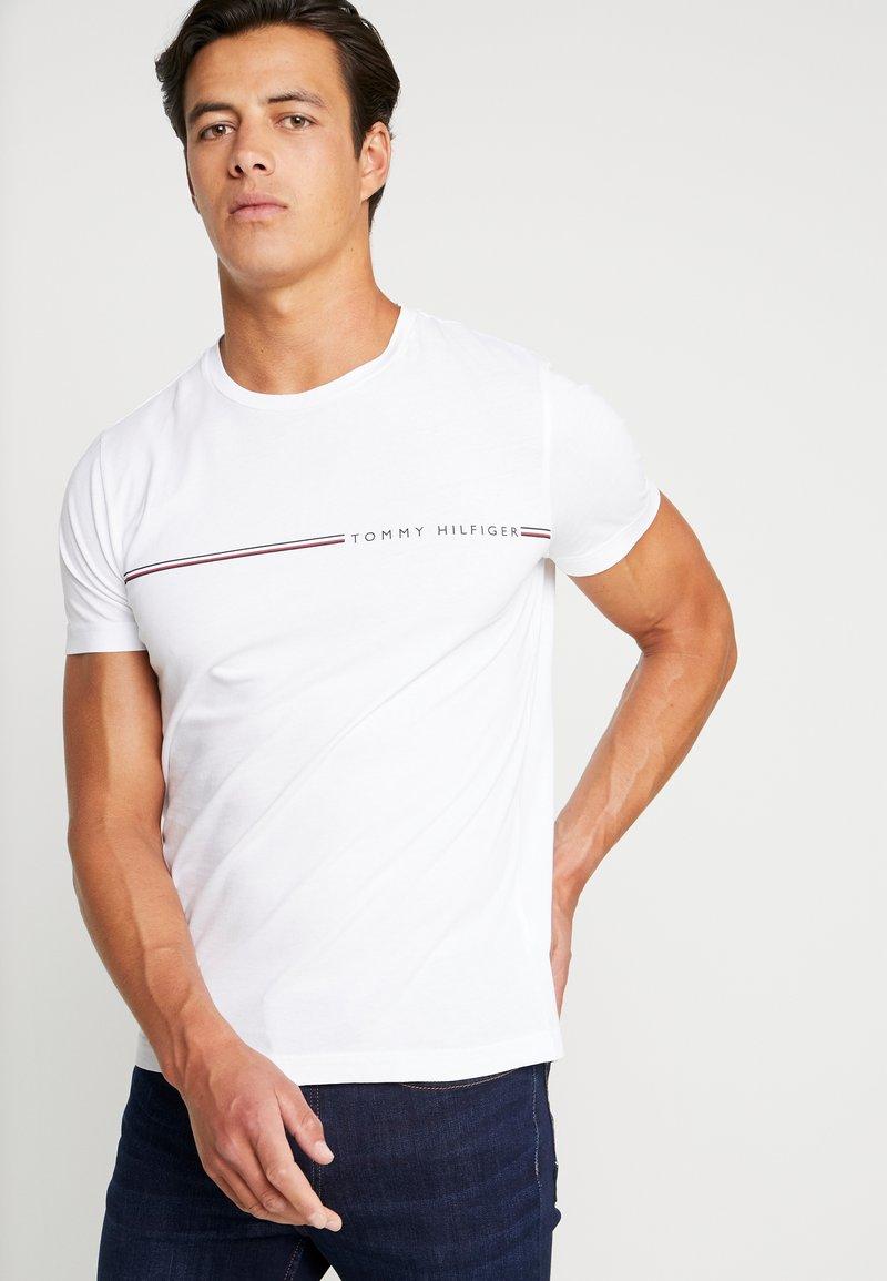 Tommy Hilfiger - TEE - T-shirt z nadrukiem - white