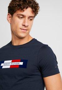 Tommy Hilfiger - BOX LOGO TEE - Camiseta estampada - blue - 4