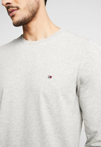 Tommy Hilfiger - STRETCH SLIM FIT LONG SLEEVE - Long sleeved top - grey - 5