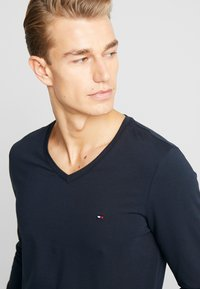 Tommy Hilfiger - STRETCH SLIM FIT VNECK TEE - Long sleeved top - blue - 4