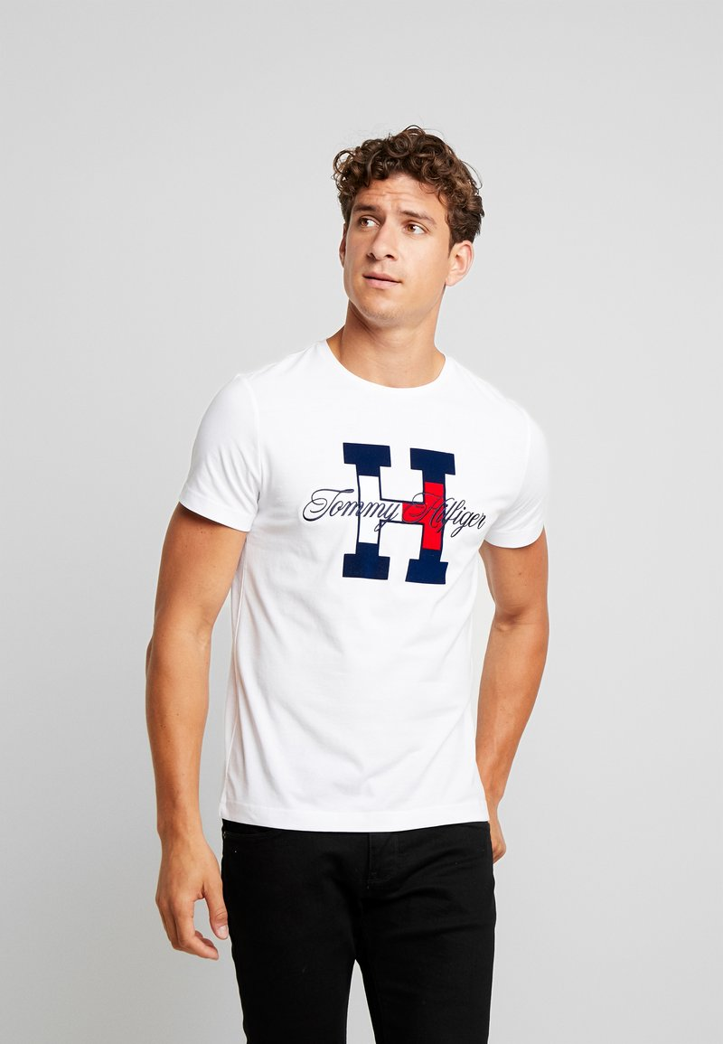 Tommy Hilfiger - FLAG SCRIPT TEE - T-Shirt print - white