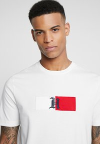 Tommy Hilfiger - LEWIS HAMILTON FLAG LOGO TEE - Camiseta estampada - white - 3