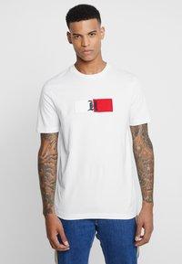 Tommy Hilfiger - LEWIS HAMILTON FLAG LOGO TEE - Camiseta estampada - white - 0
