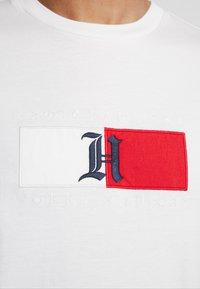 Tommy Hilfiger - LEWIS HAMILTON FLAG LOGO TEE - Camiseta estampada - white - 5