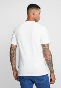 Tommy Hilfiger - LEWIS HAMILTON FLAG LOGO TEE - Camiseta estampada - white - 2