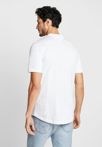 Tommy Hilfiger - ICON BADGE RELAXED FIT TEE - Camiseta estampada - white - 2
