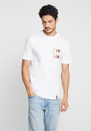 ICON BADGE RELAXED FIT TEE - T-shirt con stampa - white