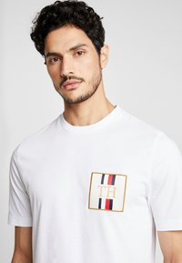 Tommy Hilfiger - ICON BADGE RELAXED FIT TEE - Camiseta estampada - white - 5