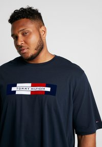Tommy Hilfiger - BOX LOGO TEE - T-Shirt print - blue - 4