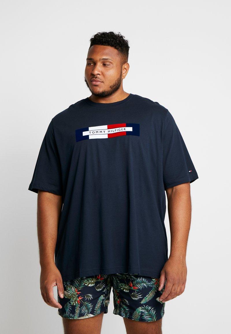 Tommy Hilfiger - BOX LOGO TEE - T-shirt con stampa - blue