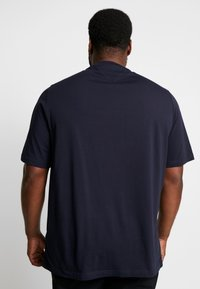 Tommy Hilfiger - CORP SPLIT TEE - T-shirts med print - blue - 2