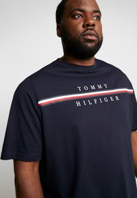 Tommy Hilfiger - CORP SPLIT TEE - T-shirts med print - blue - 5