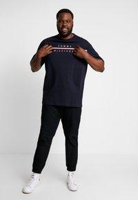 Tommy Hilfiger - CORP SPLIT TEE - T-Shirt print - blue - 1