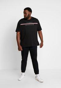 Tommy Hilfiger - CORP SPLIT TEE - T-shirts med print - black - 1