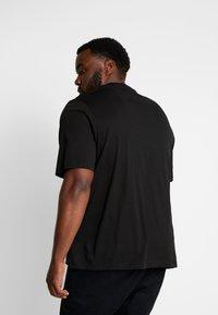 Tommy Hilfiger - CORP SPLIT TEE - T-shirts med print - black - 2