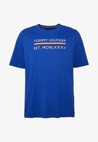 Tommy Hilfiger - CORP BAR TEE - Print T-shirt - blue - 4