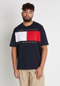 Tommy Hilfiger - FLAG CHEST EMBRDRY TEE - Print T-shirt - blue - 0
