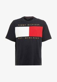 Tommy Hilfiger - FLAG CHEST EMBRDRY TEE - Triko spotiskem - blue - 4