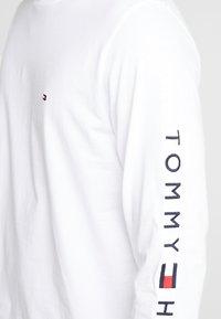 Tommy Hilfiger - LOGO LONG SLEEVE TEE - Bluzka z długim rękawem - white - 5
