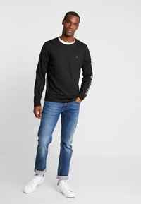 Tommy Hilfiger - LOGO LONG SLEEVE TEE - Topper langermet - black - 1