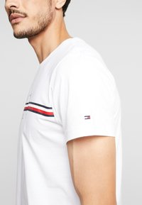 Tommy Hilfiger - CORP SPLIT TEE - T-shirt con stampa - white - 5