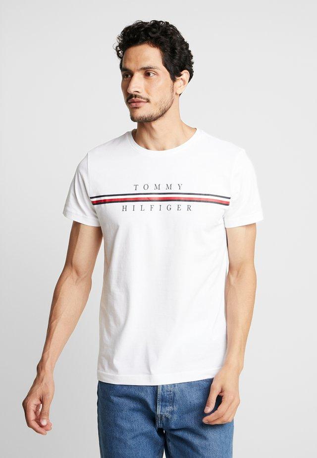 CORP SPLIT TEE - T-shirt z nadrukiem - white