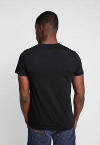 Tommy Hilfiger - CORP SPLIT TEE - Print T-shirt - black - 2