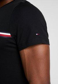Tommy Hilfiger - CORP SPLIT TEE - Print T-shirt - black - 5