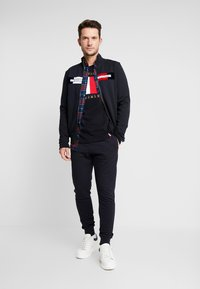 Tommy Hilfiger - FLAG CHEST EMBROIDERY RELAX TEE - T-shirt imprimé - blue - 1