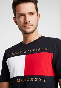Tommy Hilfiger - FLAG CHEST EMBROIDERY RELAX TEE - T-shirt imprimé - blue - 4